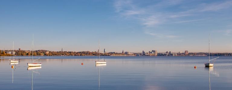 Västeråsvy Vy över Västerås Fotograf Henrik Mill Höst Höstbild Segelbåtar Segelbåt lugnt vatten Spegelblank Mälaren