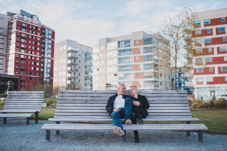 Skyline Parfoto stor parkbänk fotografering utomhus Östermälarstrand Västerås Foto Henrik Mill