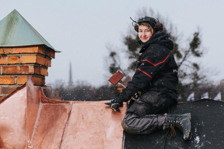 Plåtslagare kvinna kvinlig plåtslagerska Västerås företagsfoto actionfoto fotograf Henrik Mill Plåtslagare Josefine Lennartsson Plåtpartner