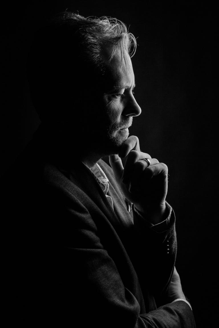 BW Porträtt Pressbild Pressbilder Operasångare Headshot Studio Snyggt ljus Fotograf Henrik Mill Blackandwhite