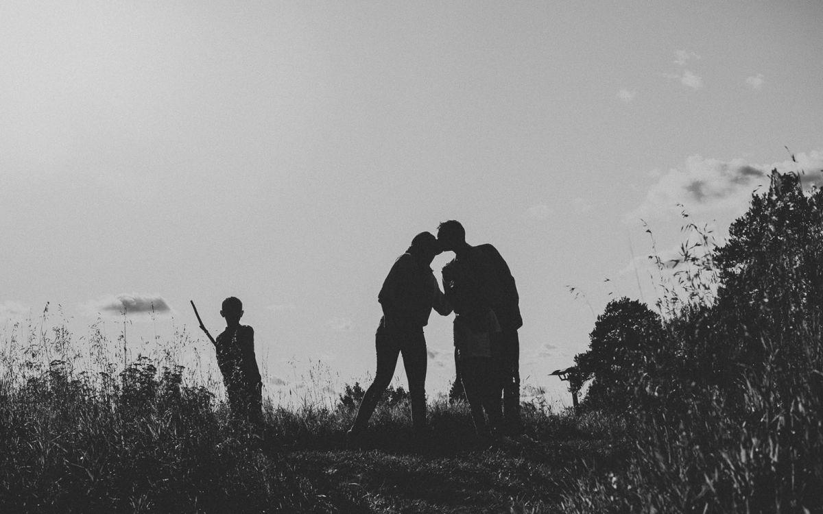 familj_fotografering-svartvit_siluett_motljus_foto Henrik Mill